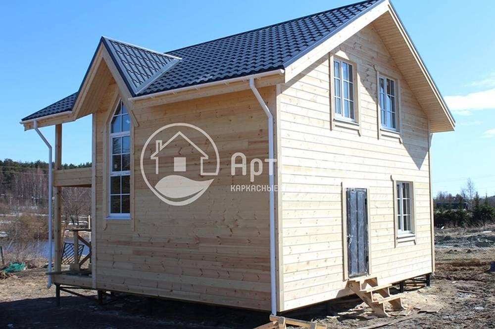 Фотография деревянного каркасного полутораэтажного дома, готового к облицовке